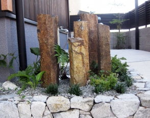 植栽スペースには六方石を立て込みアイポイントにしました