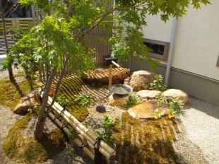 金閣寺垣・筧・自然石…純和風の別空間です。